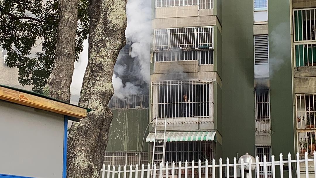 FOTOS | Se registra incendio en apartamento de El Cafetal - 800Noticias
