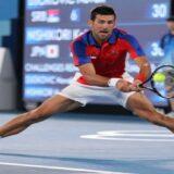 Novak Djokovic gana y va a semis en Tokio